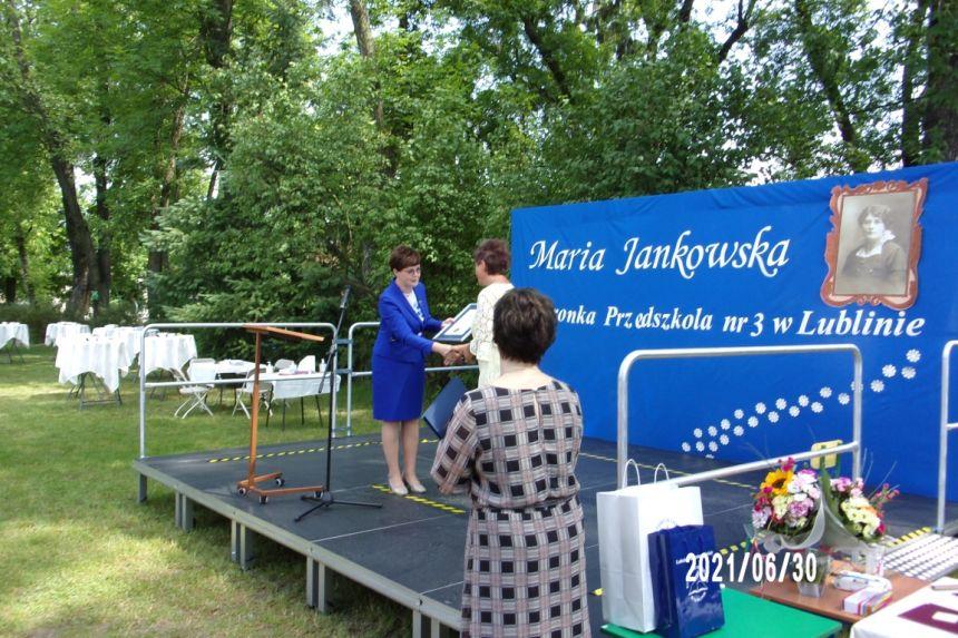 Wręczenie pamiątkowego dyplomu przez Lubelskiego Kuratora Oświaty Panią Teresę Misiuk