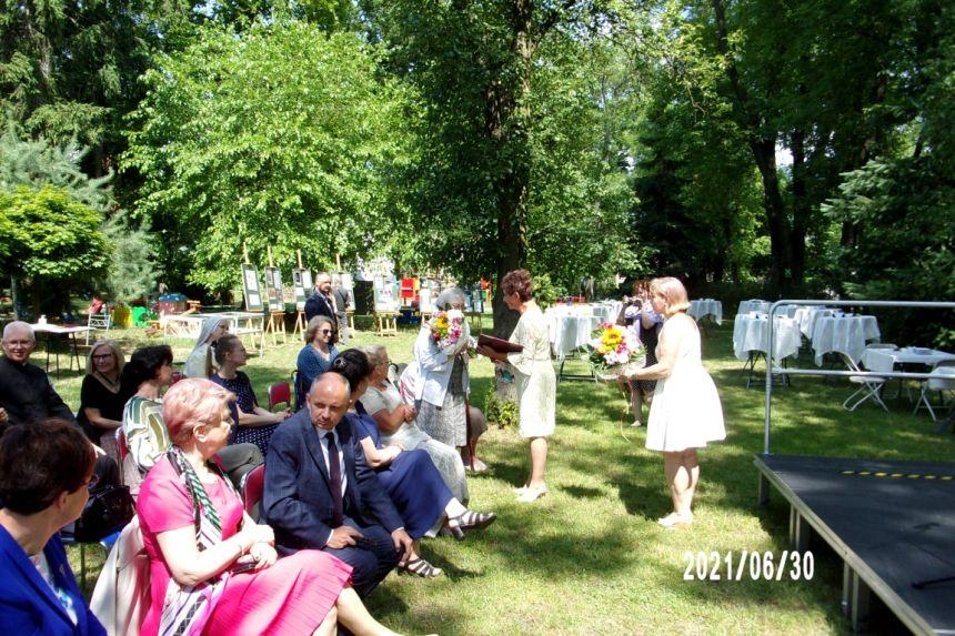 Wręczenie kwiatów i pamiątkowej karty Pani Krystynie Mrugalskiej wnuczce Marii Jankowskiej